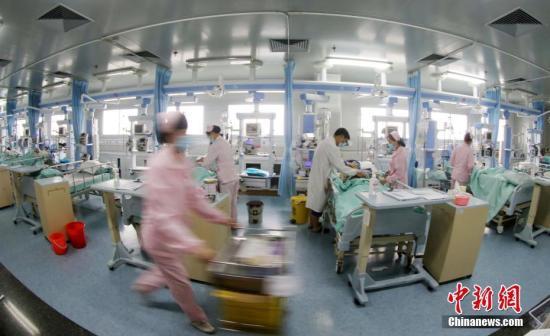 """5月12日,广西柳州市融安县人民医院重症医学科(简称:ICU)的护士莫丽鲜和往日一样忙着护理病人。从业十年来,莫丽鲜发挥自己技术骨干的长处,为患者检查身体、打针、输液、吸痰,配合医生实施抢救。平时里,莫丽鲜不仅要为患者进行生活护理,翻身、拍背、洗脸、换被褥、处理大小便等日常护理工作,还经常加班加点协助其她护士完成各项工作,积极主动参加危重病人的抢救工作。她视病人如亲人,细心、耐心地关心病人,被病人亲属誉为""""ICU里的白衣天使""""。据悉,经过莫丽鲜抢救和照顾的患者不计其数。其先后被柳州市、融安县卫生部门评为""""优秀护士""""""""先进工作者""""等。谭凯兴 摄"""