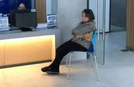 70岁卖花老太捡万元现金 冷风中等失主一个多小时.jpg